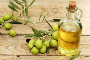 هل زيت الزيتون مفيد للشعر